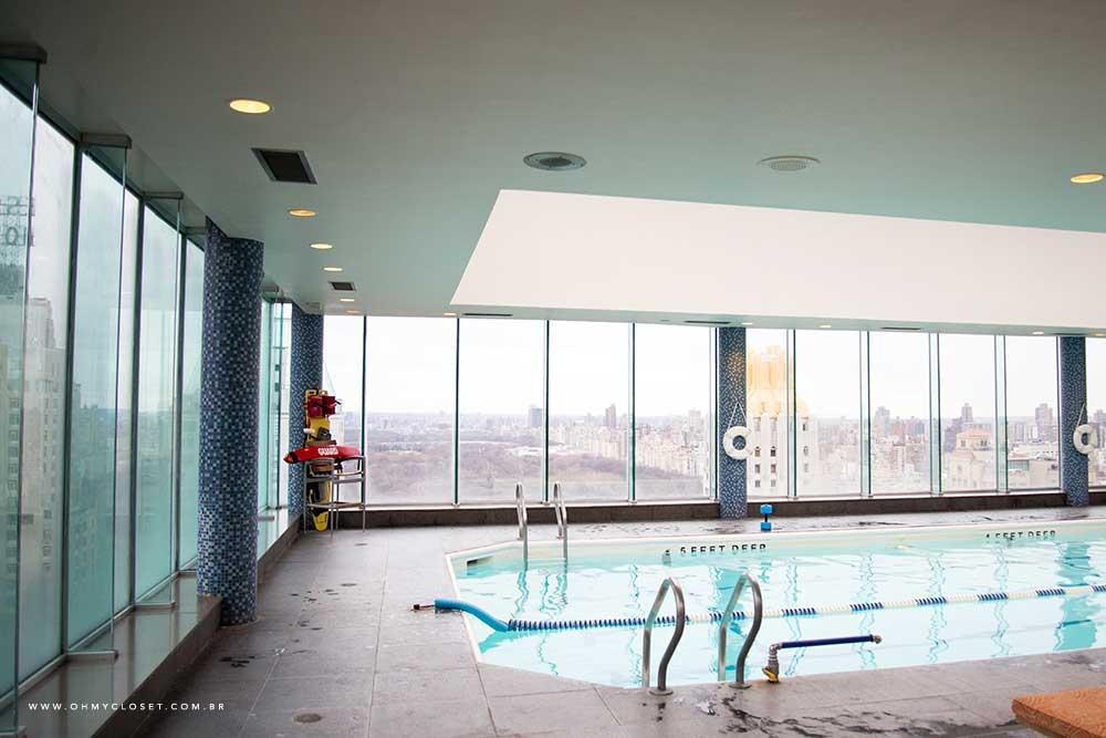 Vista da piscina no rooftop do hotel Parker New York.