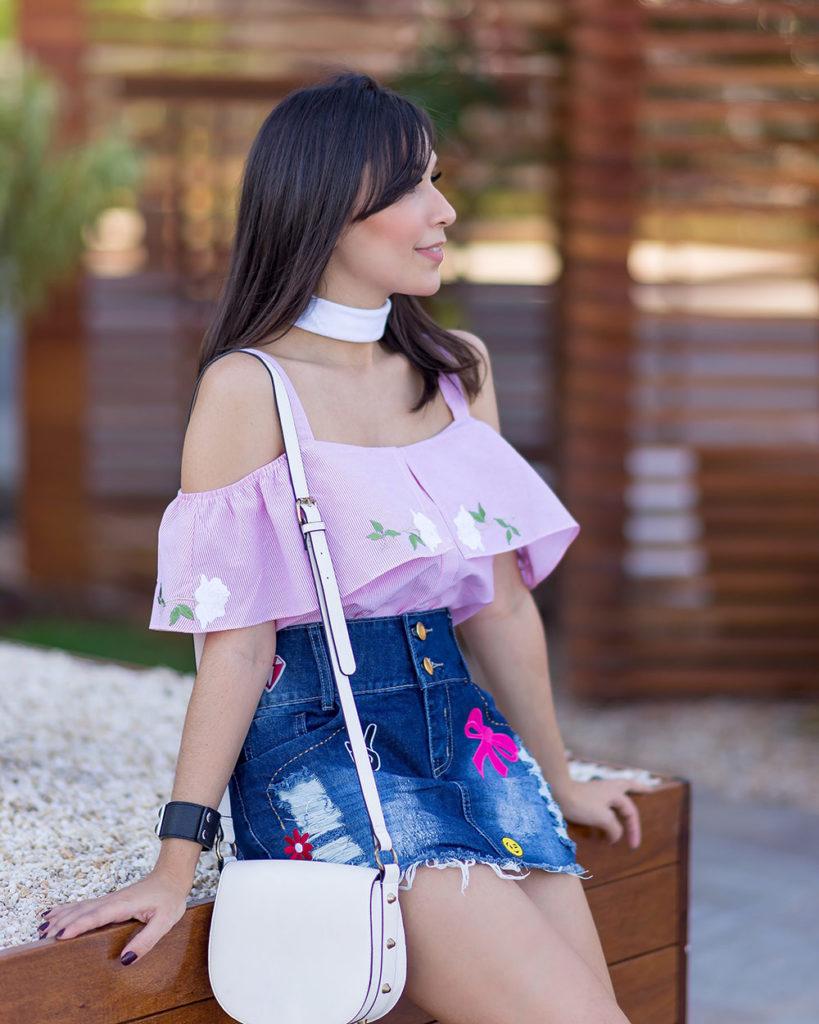 Detalhes da blusa de tricoline da S Trend no look da blogger Mônica Araújo . Veja a saia com patches no Oh My Closet!