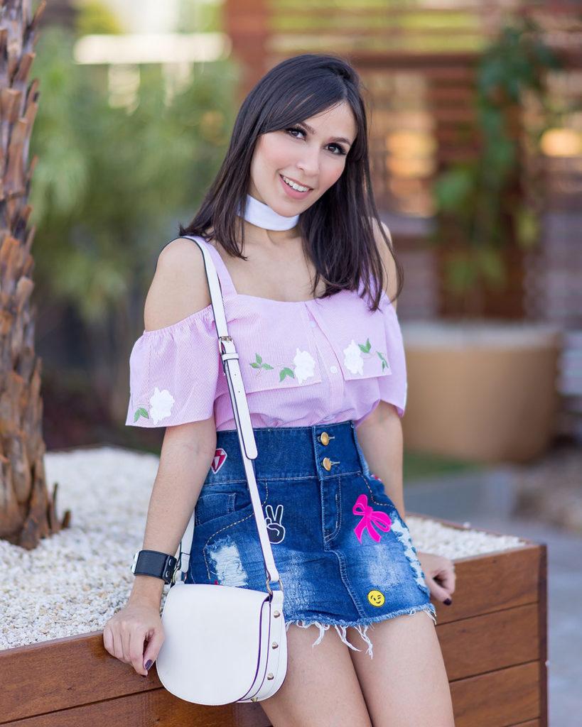 A influencer Mônica Araújo veste saia jeans com patches by S Trend e blusa de tricoline ciganinha. Veja no Oh My Closet as tendências do verão 17!