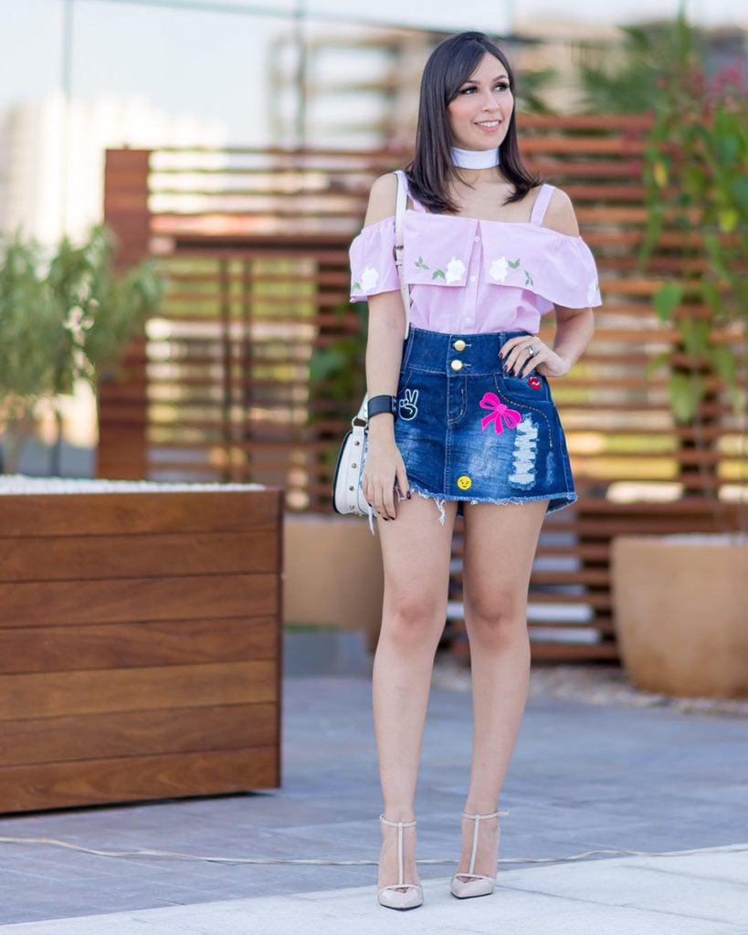 Look Mônica Araújo com saia jeans com patches da S Trend e blusa de tricoline, tudo no Oh My Closet!