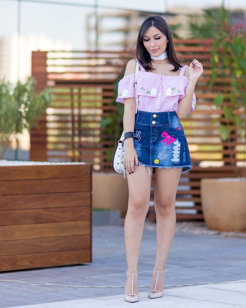 saia jeans com patches S Trend no look da blogueira Mônica Araújo. Veja também a blusa de tricoline no Oh My Closet!