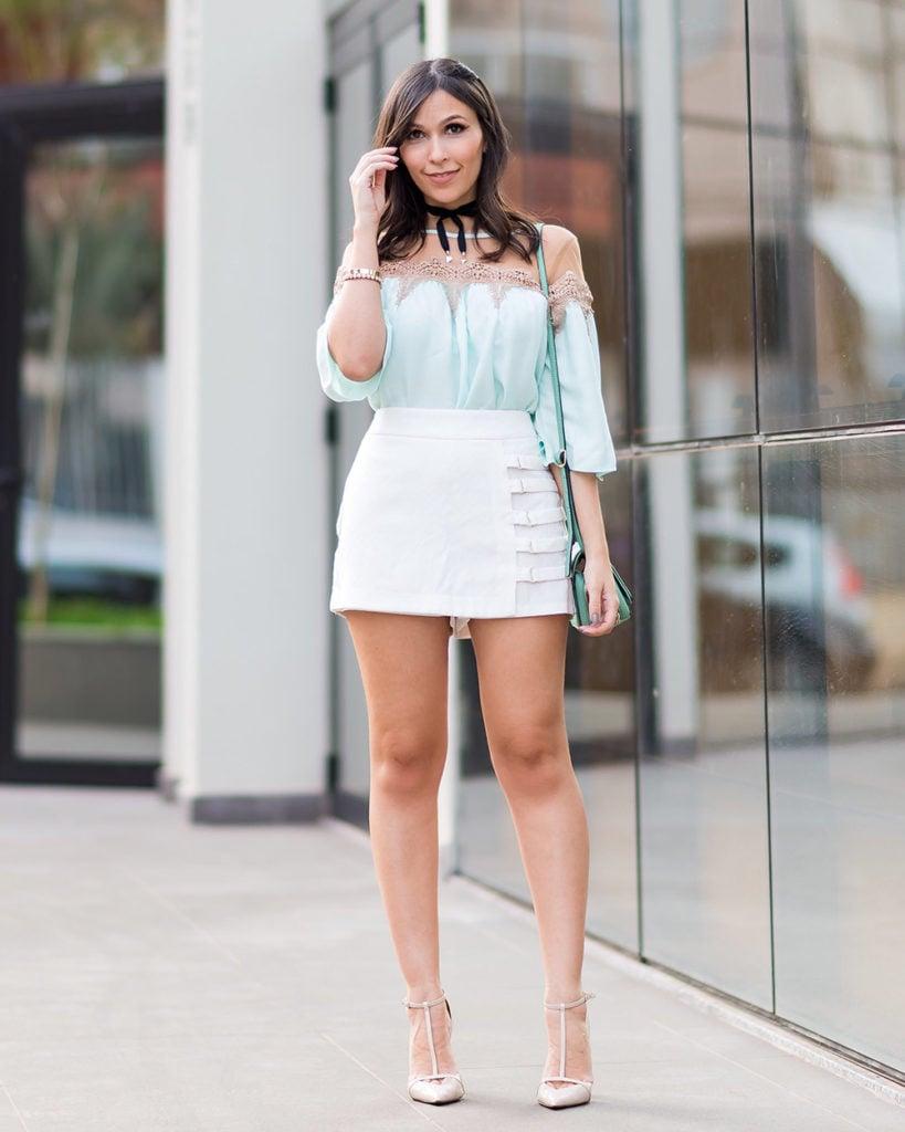 Look S Trend a blogger Mônica Araújo no OH My Closet com blusa candy color de tule e renda + saia branca, vem ver!