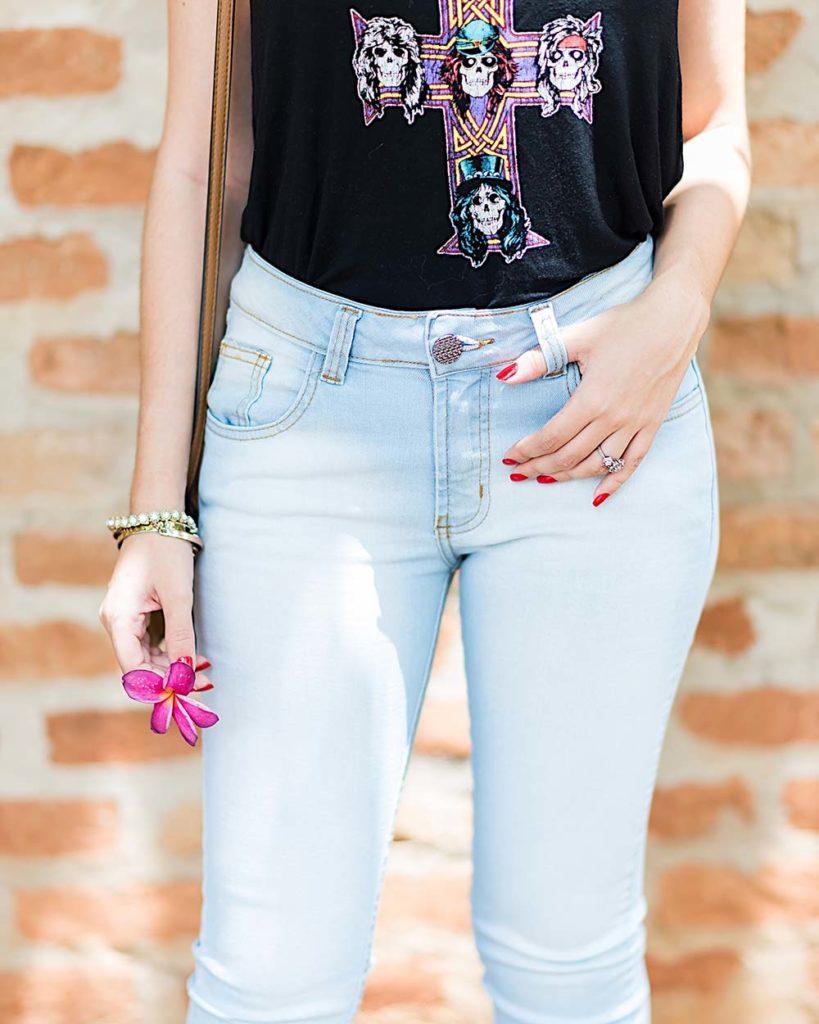 Detalhes do look da blogueira Mônica Araújo para Hipsters Denim com jeans e camiseta de banda para o final de semana.