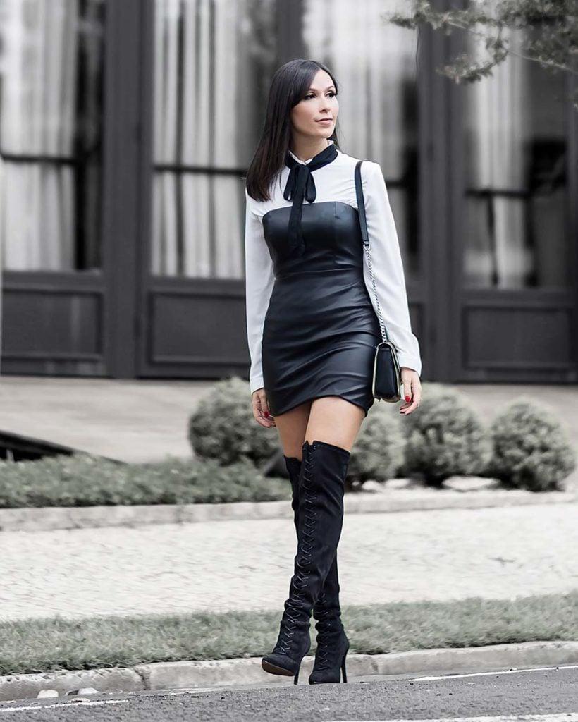 Look da blogger Mônica Araújo com vestido de couro tomara que caia com sobreposição da promoção da Amaro. Clique para comprar com até 60% off!