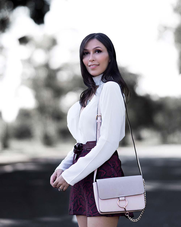 Look da influencer Mônica Araújo com blusa e saia Amaro.