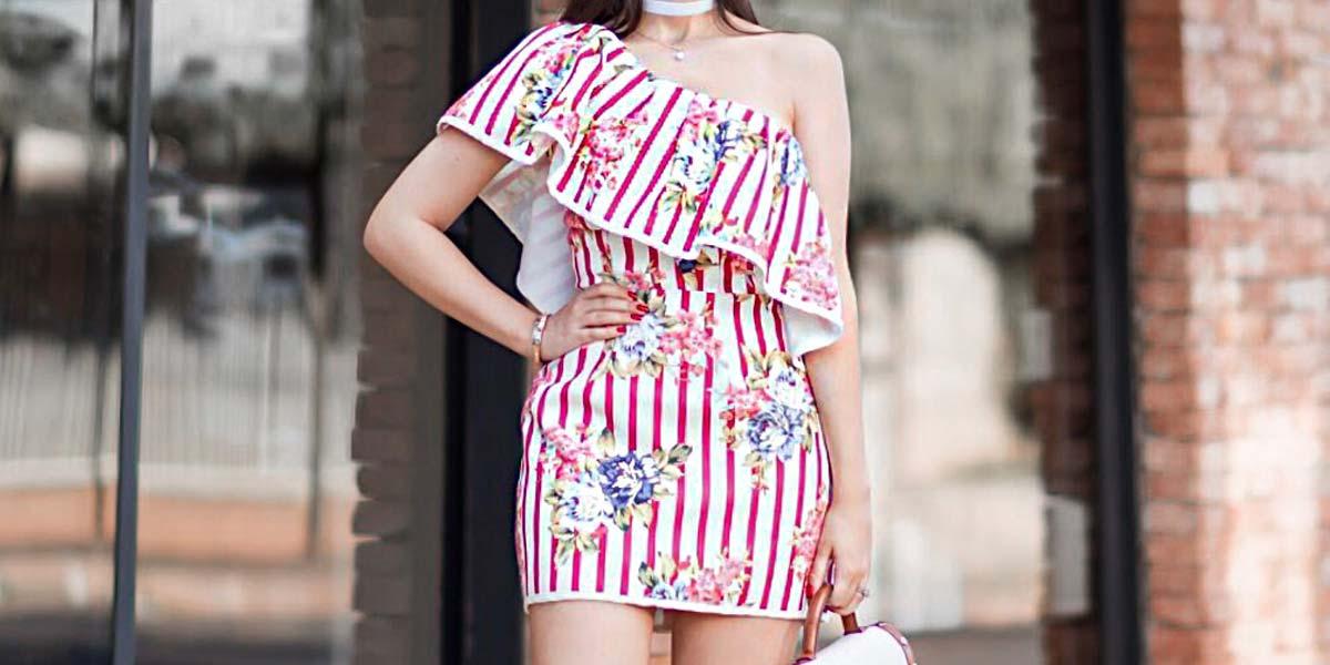 Look com vestido de listras e babados da S Club com a blogger Mônica Araújo.