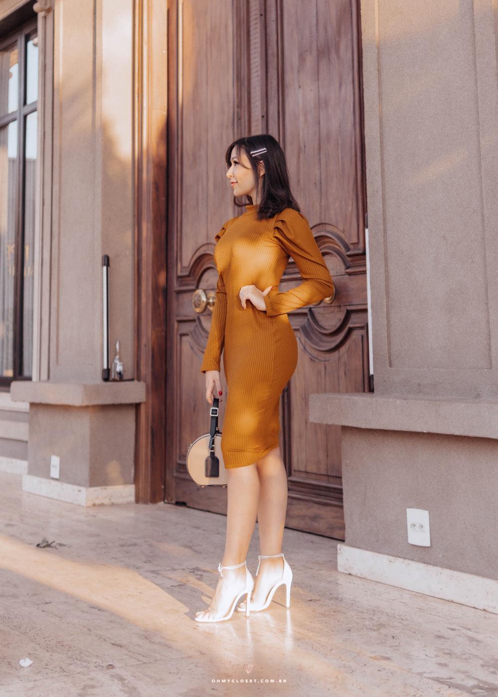 Vestido midi canelado do look Ypslon Atacado da blogueira Mônica Araújo.