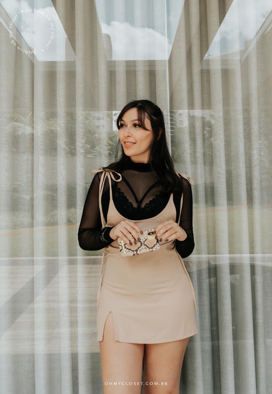 Look body transparente e salopete, Mônica Almeida, com case para celular da IDEAL OF SWEDEN