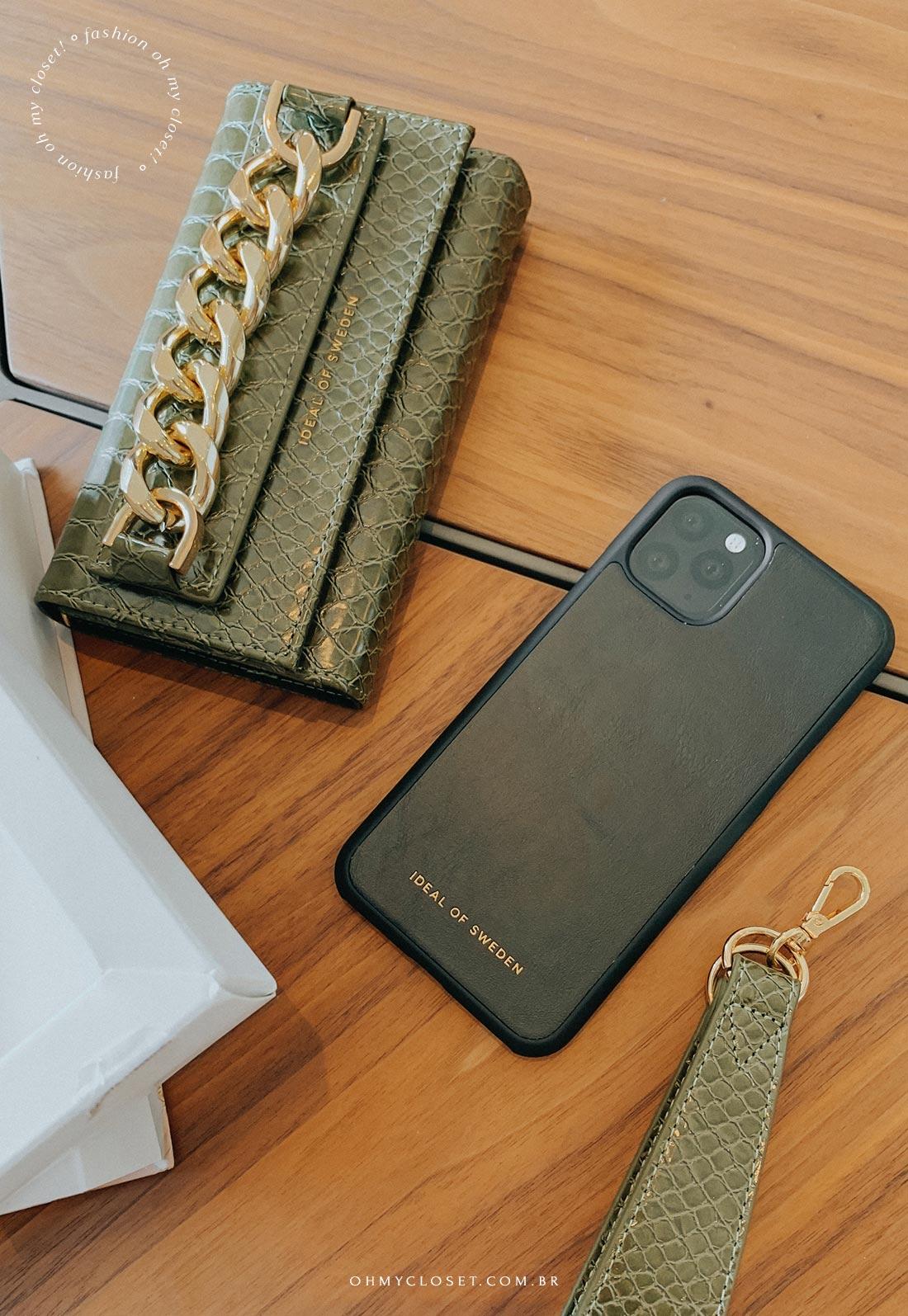 Detalhe da bolsa para celular e cartões com a capinha magnética para iPhone