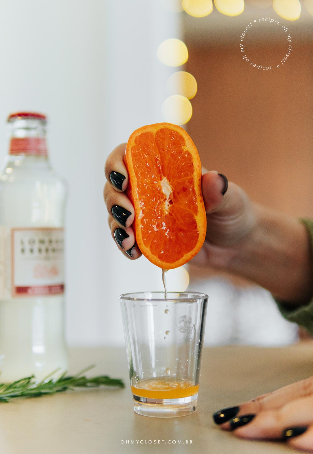 Preparando o drink, espremendo a tangerina.