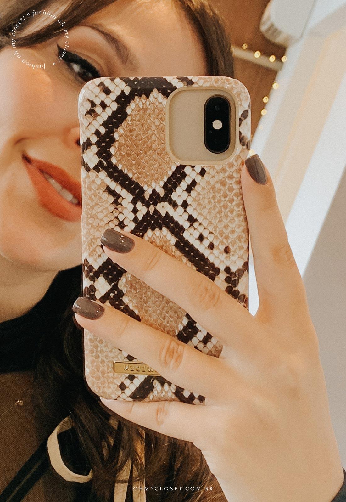 Selfie Mônica Almeida. iPhone com capa de estampa de cobra da IDEAL OF SWEDEN