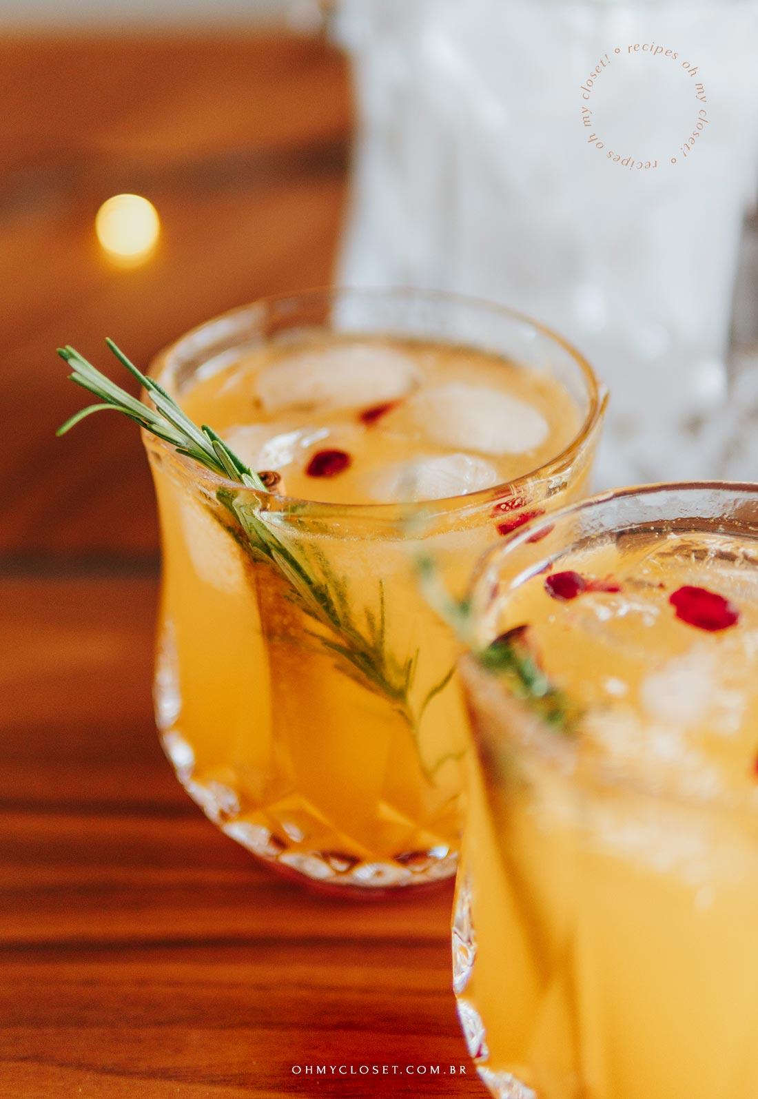 Drink cítrico pronto e decorado. Tangerina, limão siciliano, vodka, ginger beer e decoração.