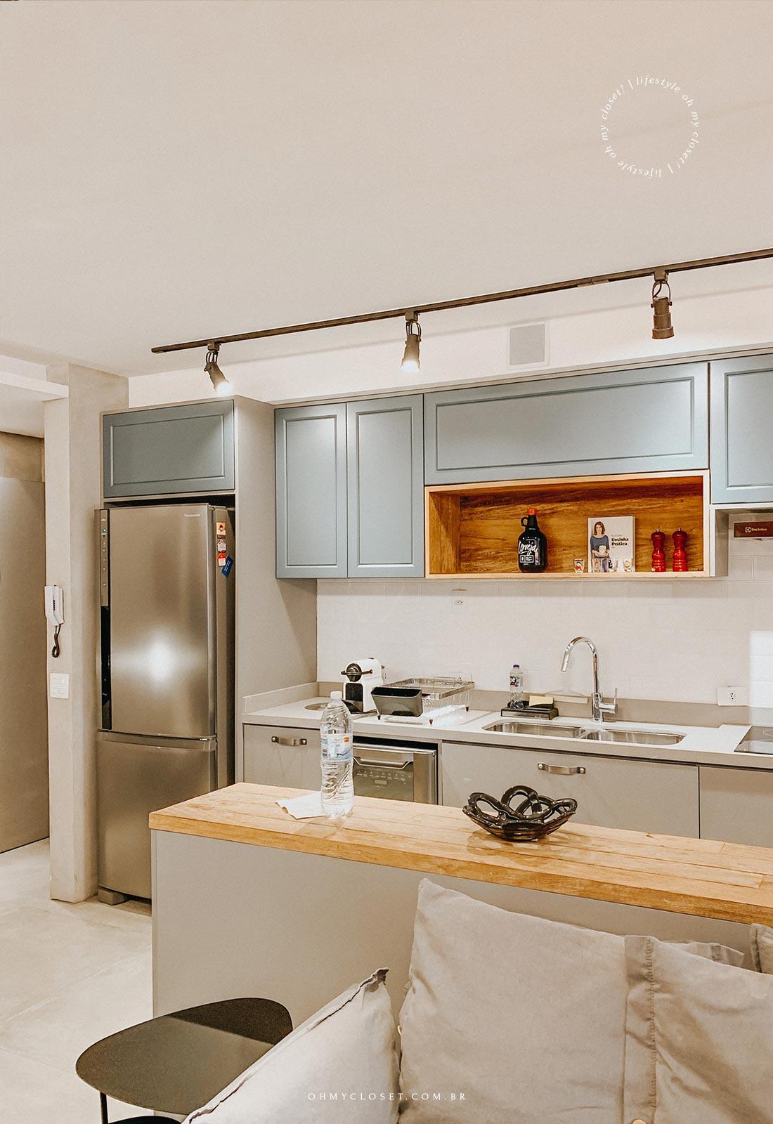 Cozinha completa apartamento AirBnB Pinheiros.