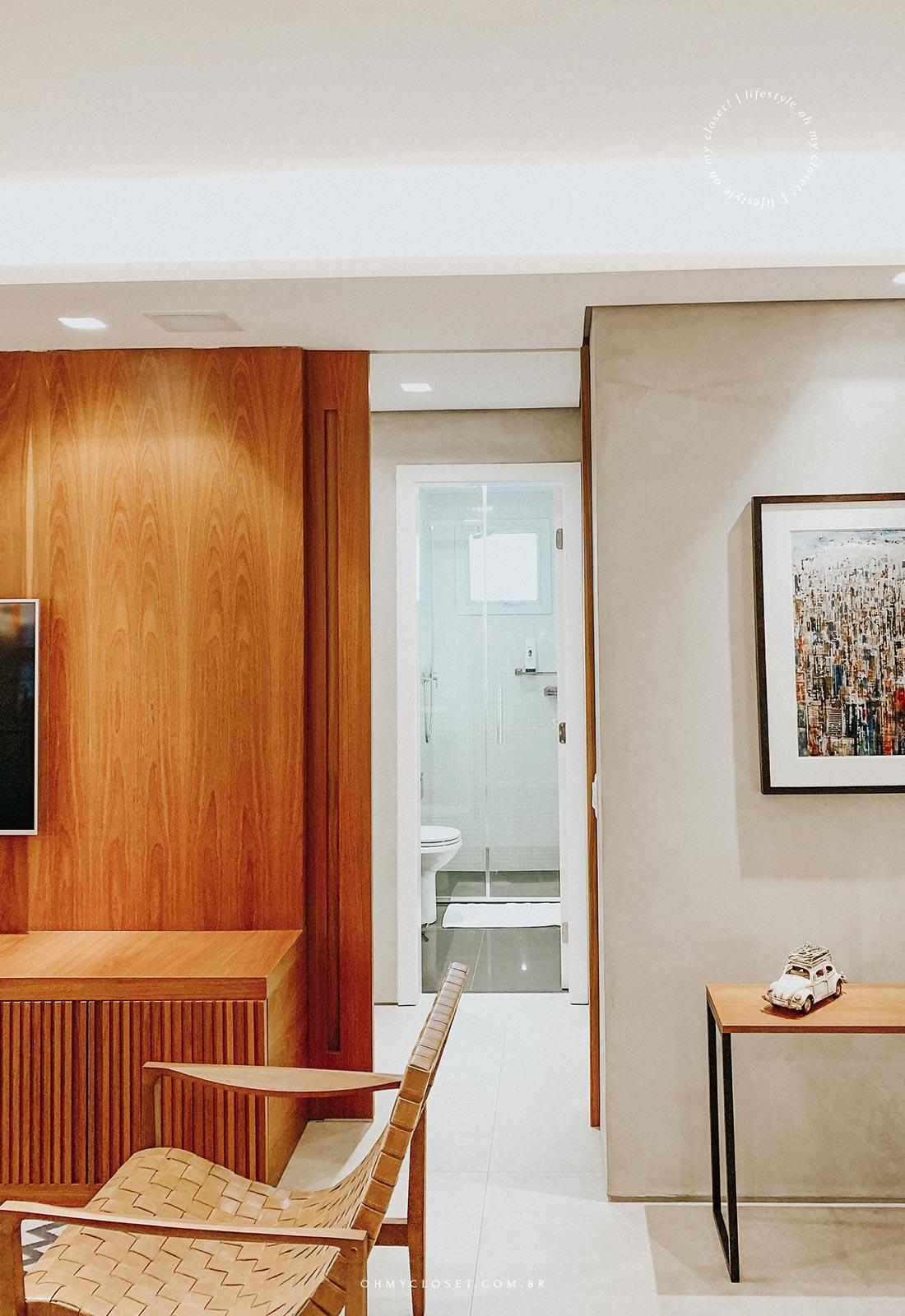 Visão da sala para banheiro social, apartamento em pinheiros.