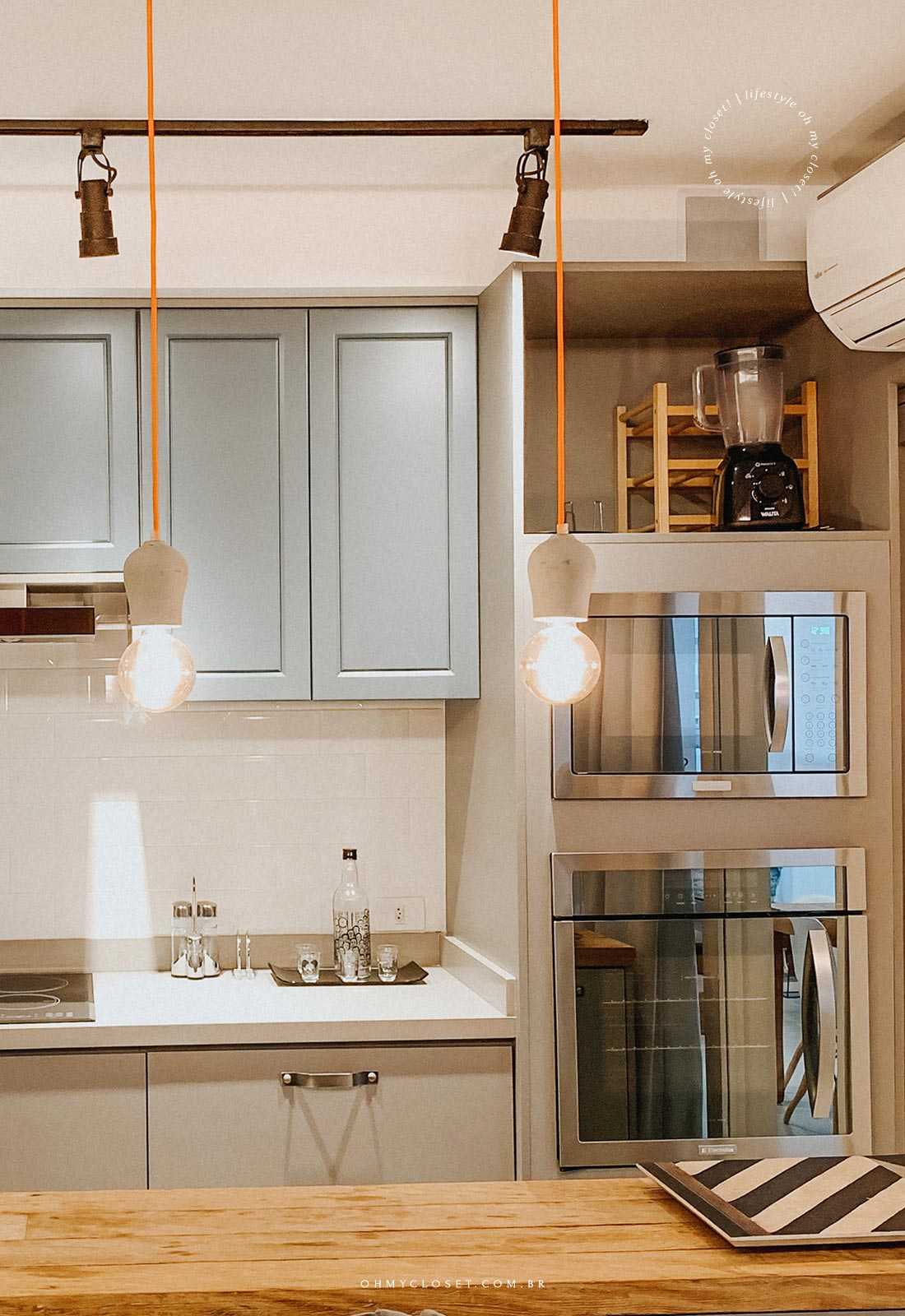 Microondas, forno e balcão apartamento AirBnB.