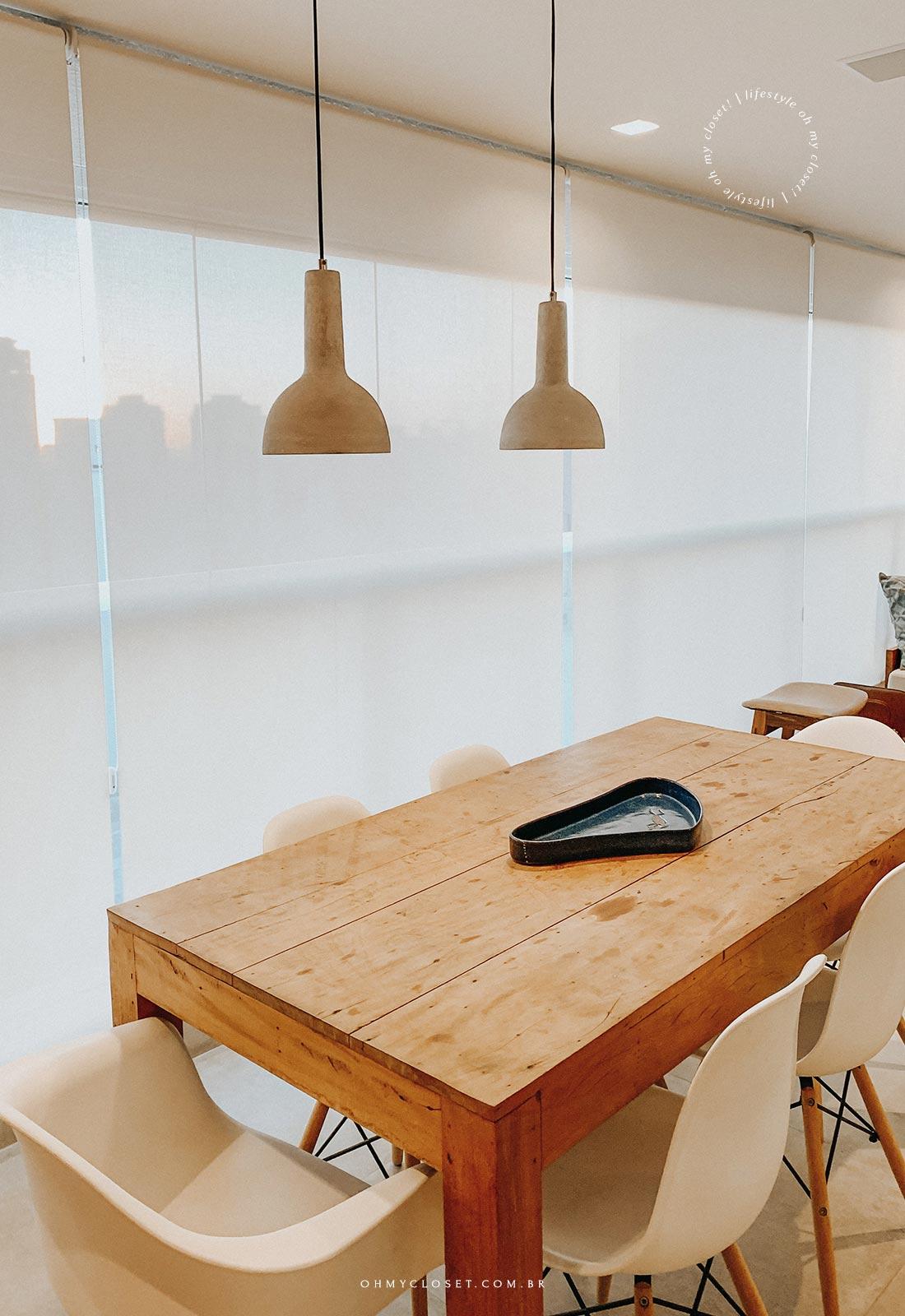 Sacada e mesa de jantar apartamento AirBnB em Pinheiros, São Paulo.