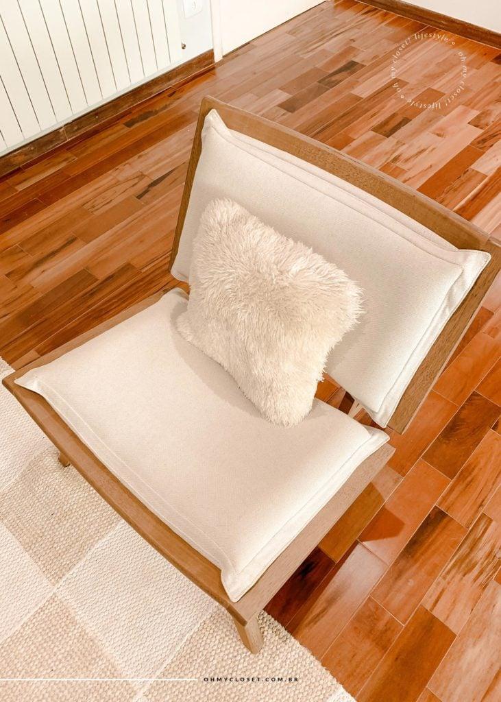 Poltrona confortável com almofada de pelos apartamento em Campos do Jordão.