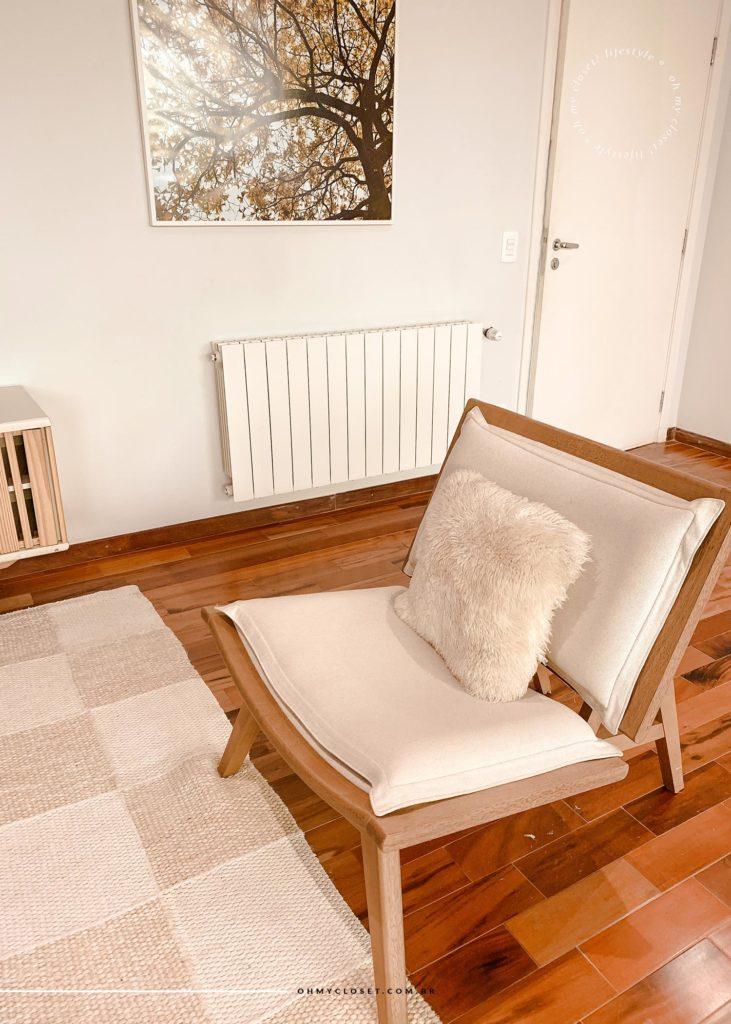 Poltrona confortável com almofada de pelos e quadro ao fundo. Com aquecedor.