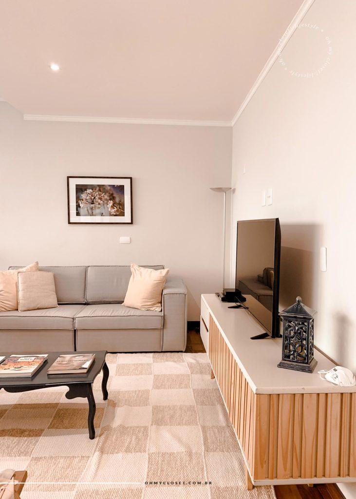 Sala de estar com televisão AirBnB aluguel de temporada Campos do Jordão.