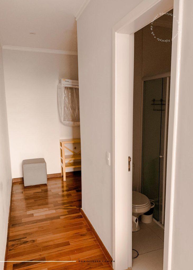 Detalhe da entrada do banheiro da primeira suíte.
