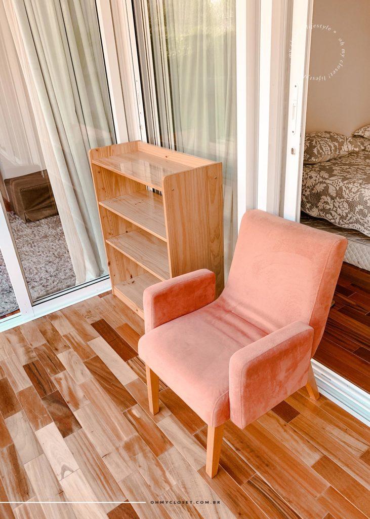 Detalhes da poltrona confortável na porta da segunda suíte e sapateira.