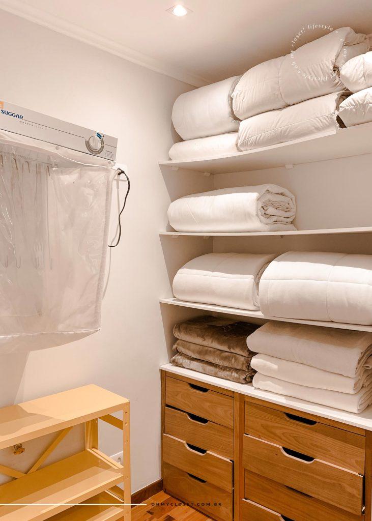 Closet da primeira suíte com toalhas e secadora de roupas.