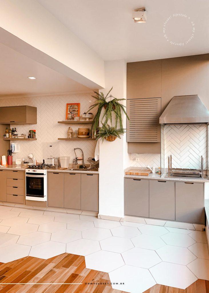 Parte da cozinha e churrasqueira no apartamento para aluguel de temporada em Campos do Jordão.