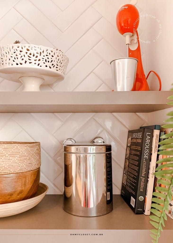 Detalhes da cozinha. Livros de receita, e decoração.