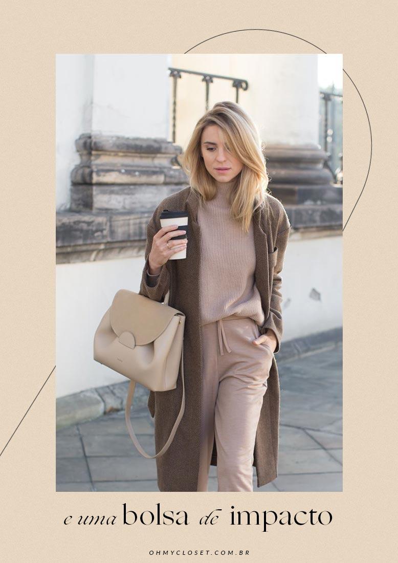 Como usar loungewear com casaco e bolsa