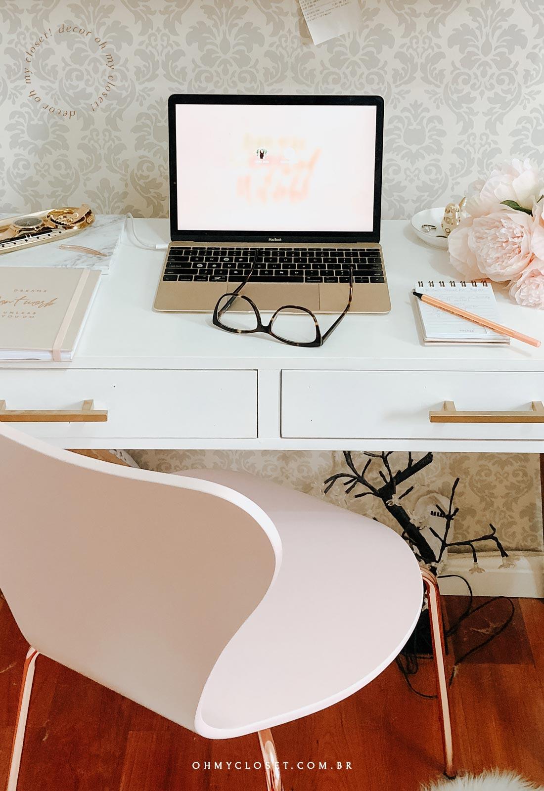 Mesa em MDF, com gavetas para home office de baixo custo.