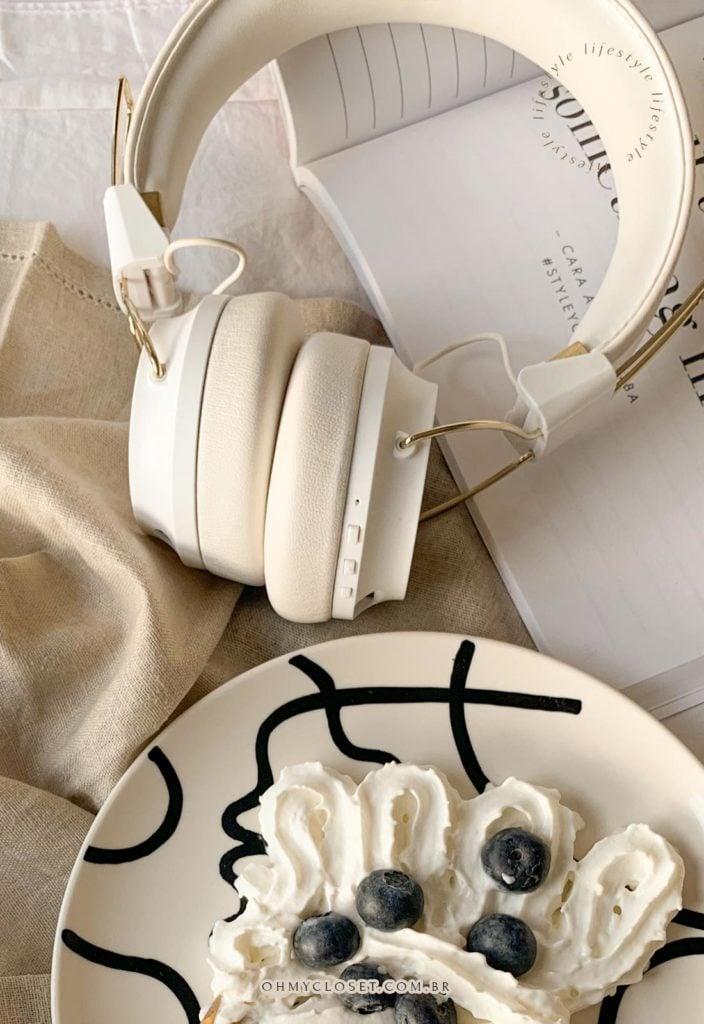 Playlist Suits Series Top Hits. Prato com blueberries, chantilly, headphones e livro.