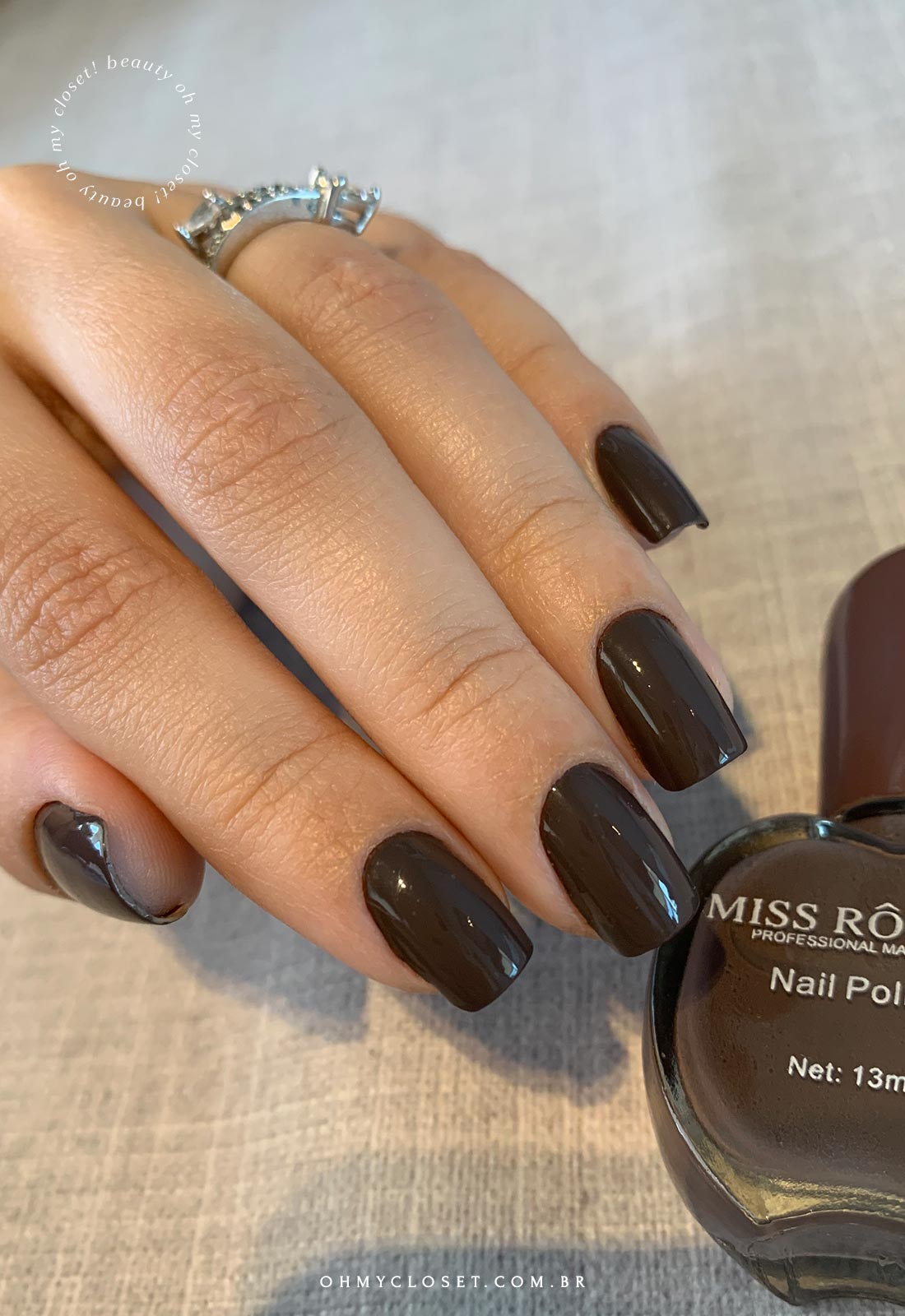 Mais detalhes do Miss Rose 61, esmalte cor cinza escuro.