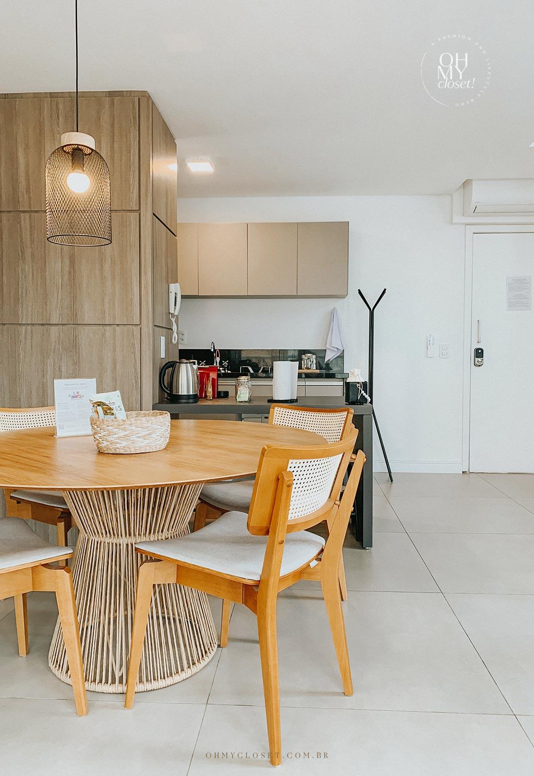 Vista sala/cozinha apartamento Airbnb nos Jardins em São Paulo.
