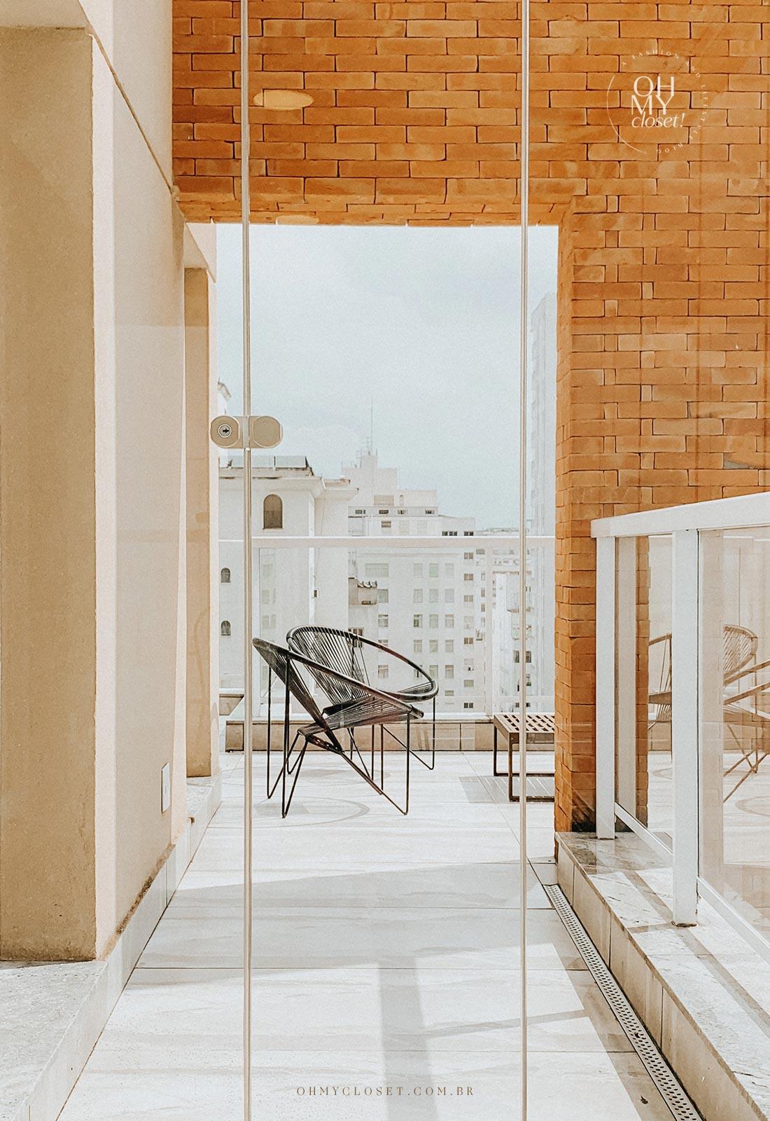 Detalhe vidro fechado varanda apartamento Airbnb nos Jardins em São Paulo.