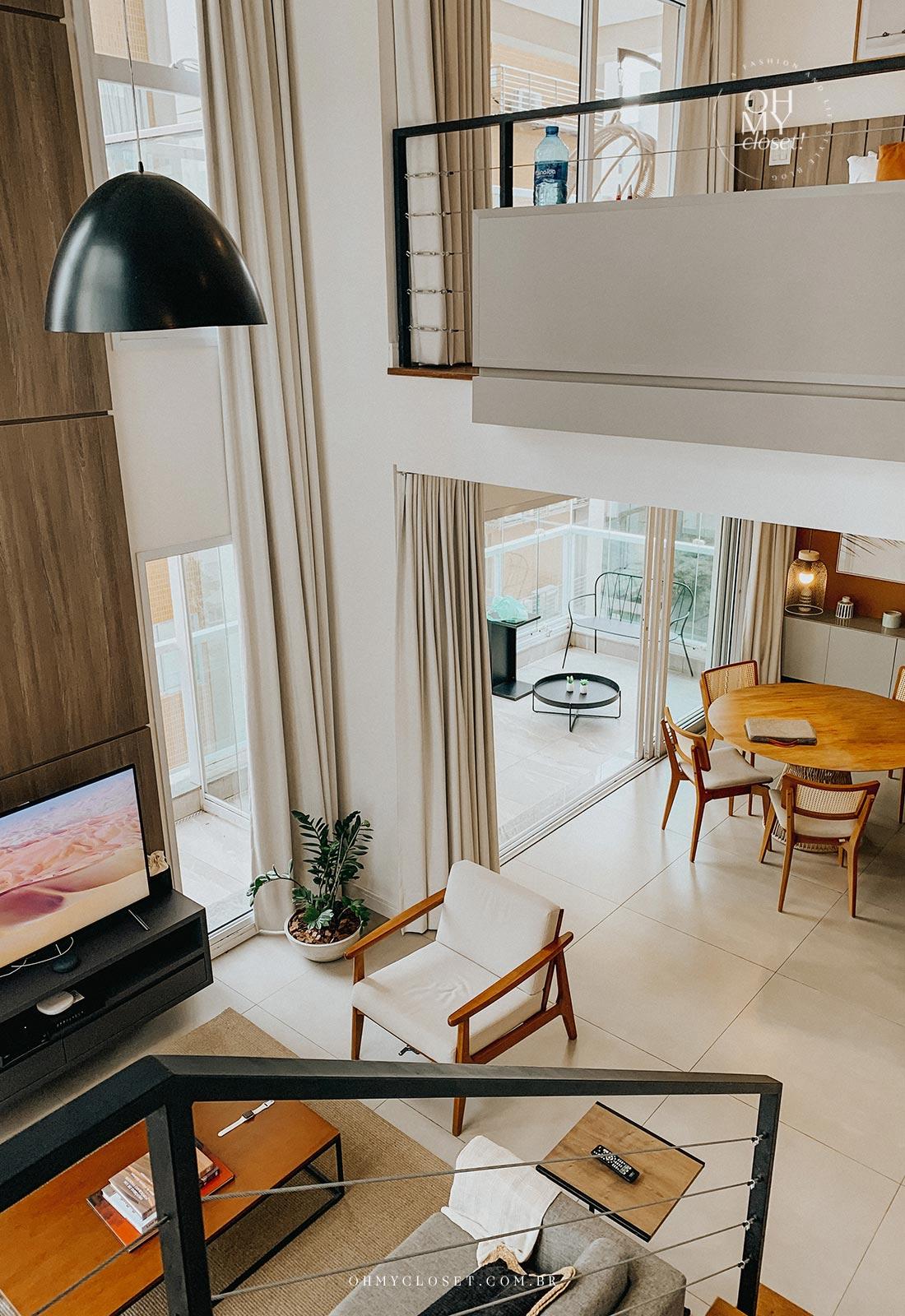 Vista da sala de tv e de jantar do andar de cima apartamento Airbnb nos Jardins em São Paulo.