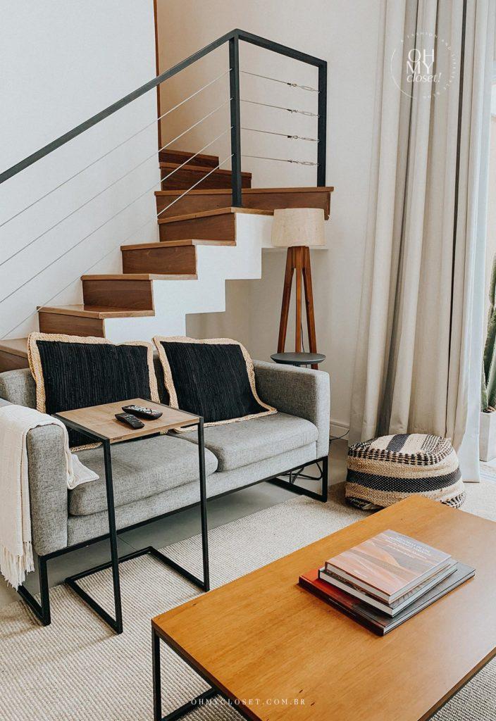 Sofá da sala de TV e escada para segundo andar do apartamento duplex nos Jardins.