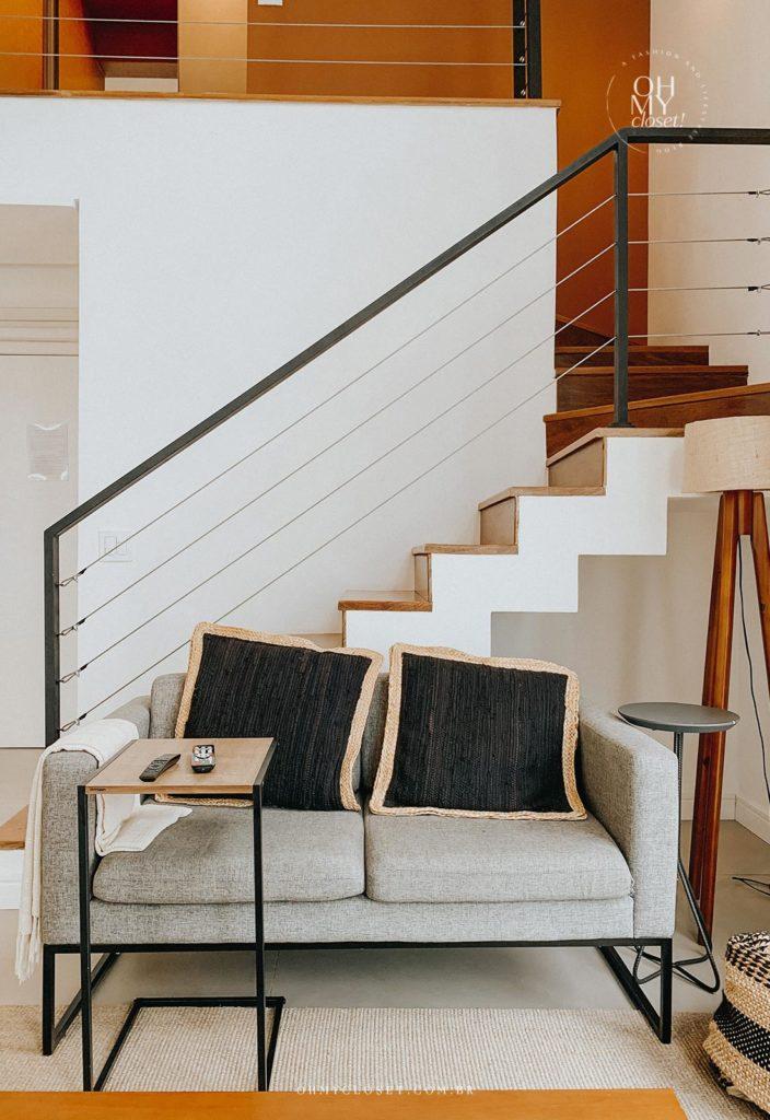 Outro angulo sofá da sala de TV e escada para segundo andar do apartamento duplex nos Jardins.