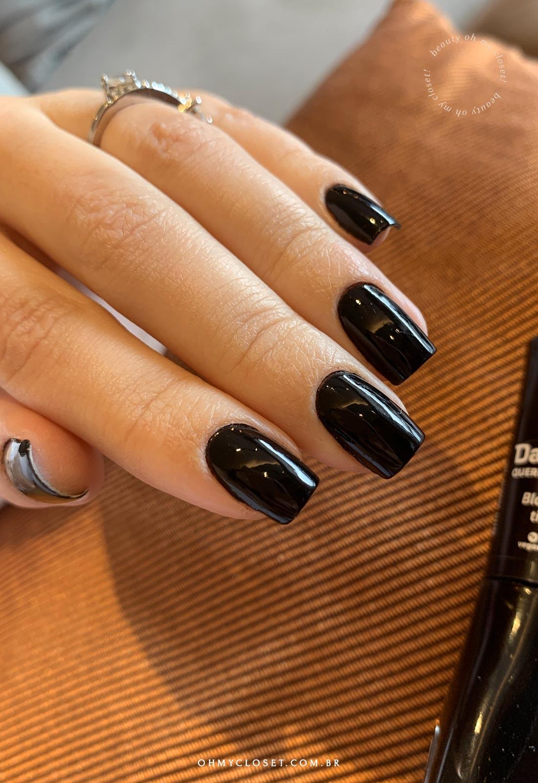 Outro ângulo esmalte preto Dailus Black Tie.