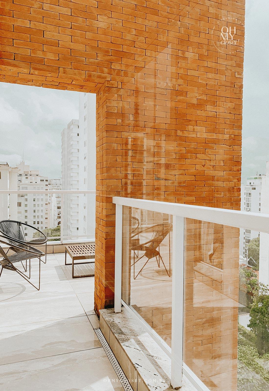 Corredor e varanda no apartamento Airbnb nos Jardins em São Paulo.