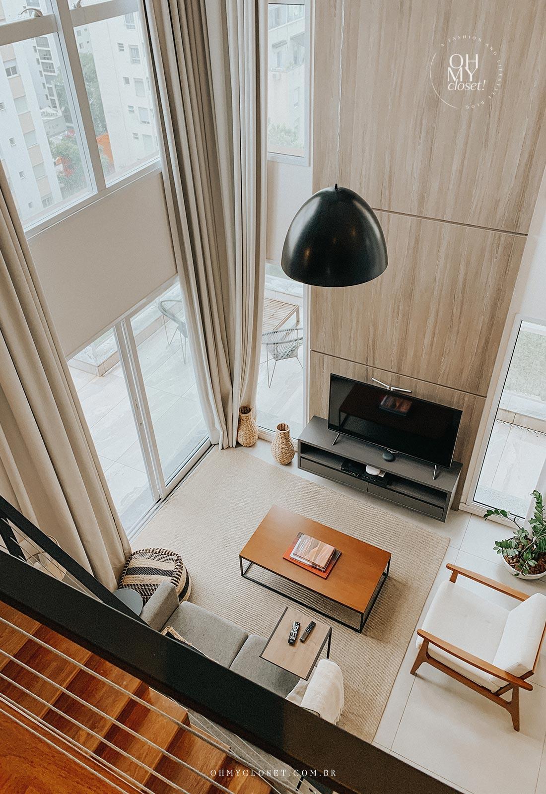 Vista da sala de tv do andar de cima apartamento Airbnb nos Jardins em São Paulo.
