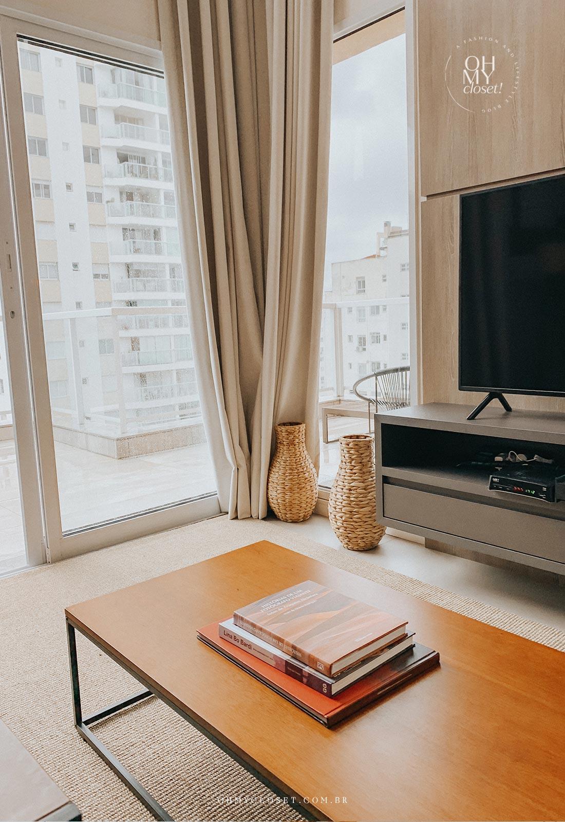 Mesa de centro e tv, com vista da varanda duplex Airbnb.