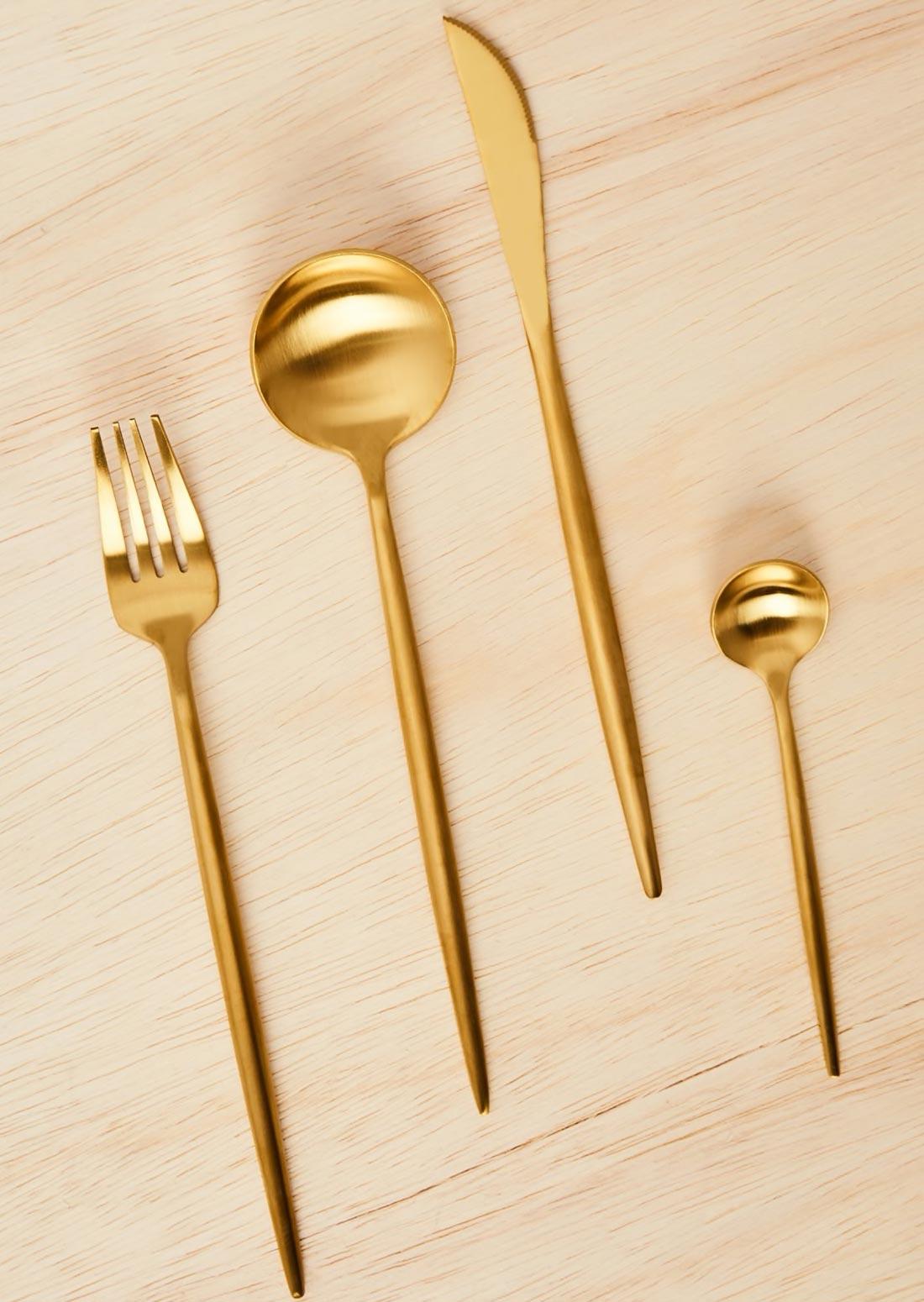Conjunto de talheres dourados na Amaro