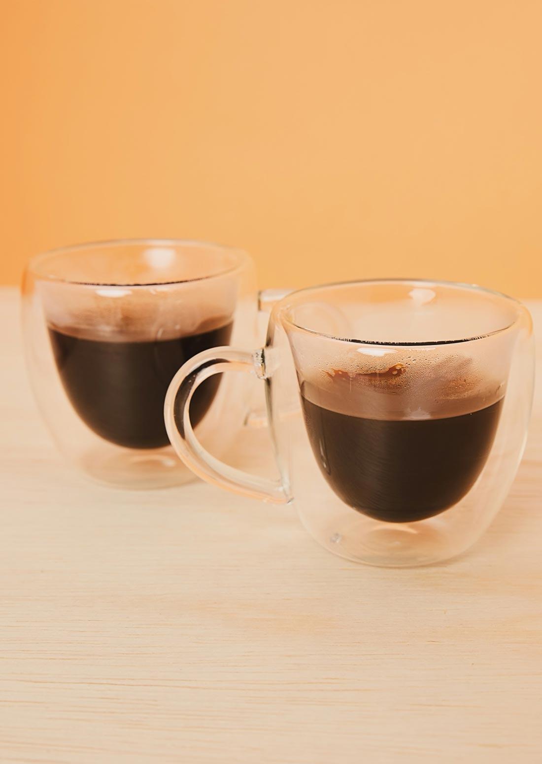 Xícaras de vidro duplo para café e outras bebidas quentes. Decoração Online Amaro.