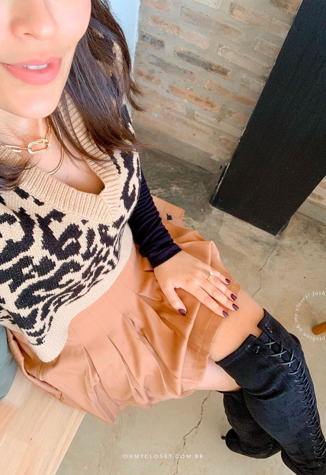 Outro ângulo look do dia com colete de tricot curto.