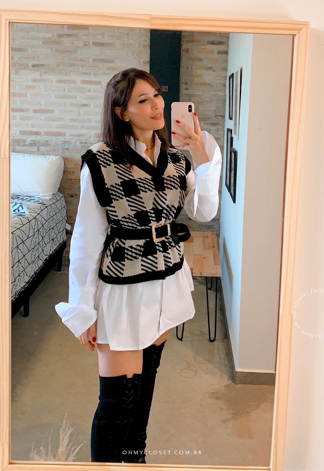 Look inspiração colete de tricot médio como sobreposição, camisa branca oversized.
