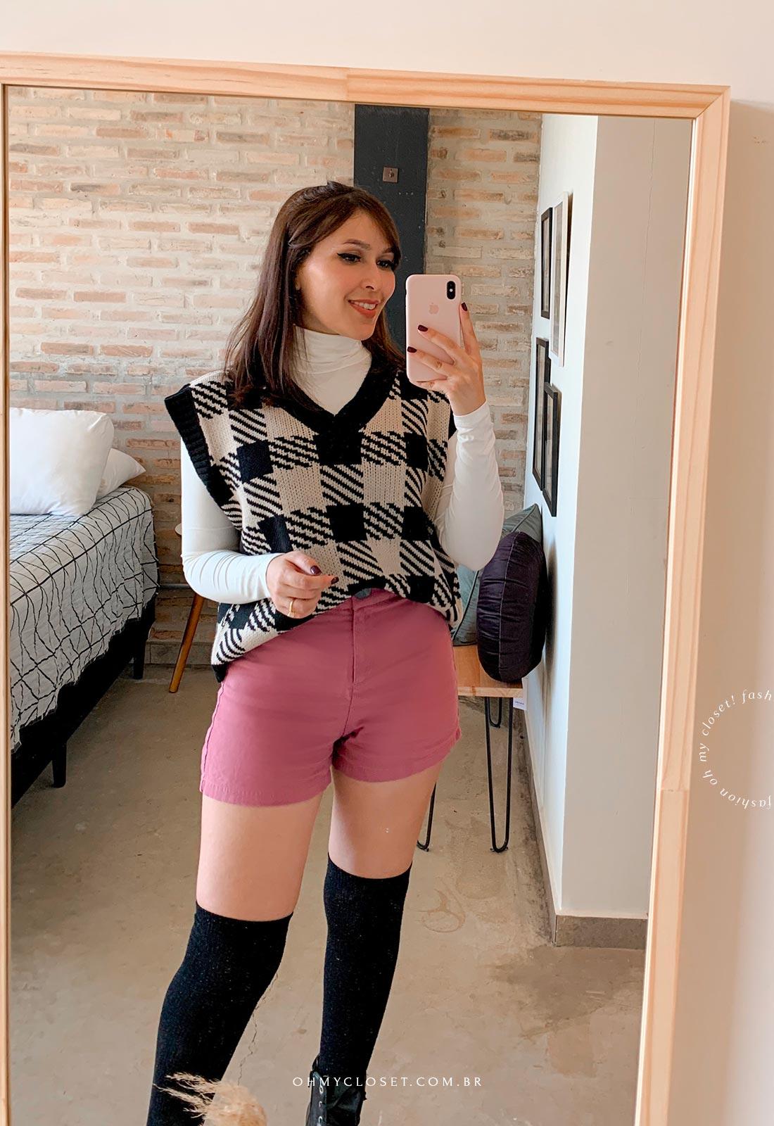 Look inspiração colete de tricot médio com short e meia 5/8. Tendência Inverno 2021.