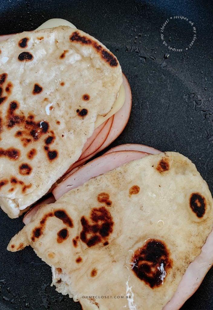 Lanche de peito de peru com mussarela com flatbread de iogurte grego de dois ingredientes.