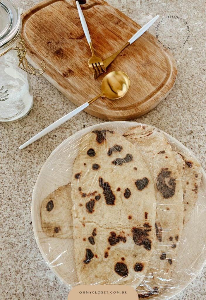 Flatbread de iogurte grego pronto para ir para a geladeira, dura até 3 dias.
