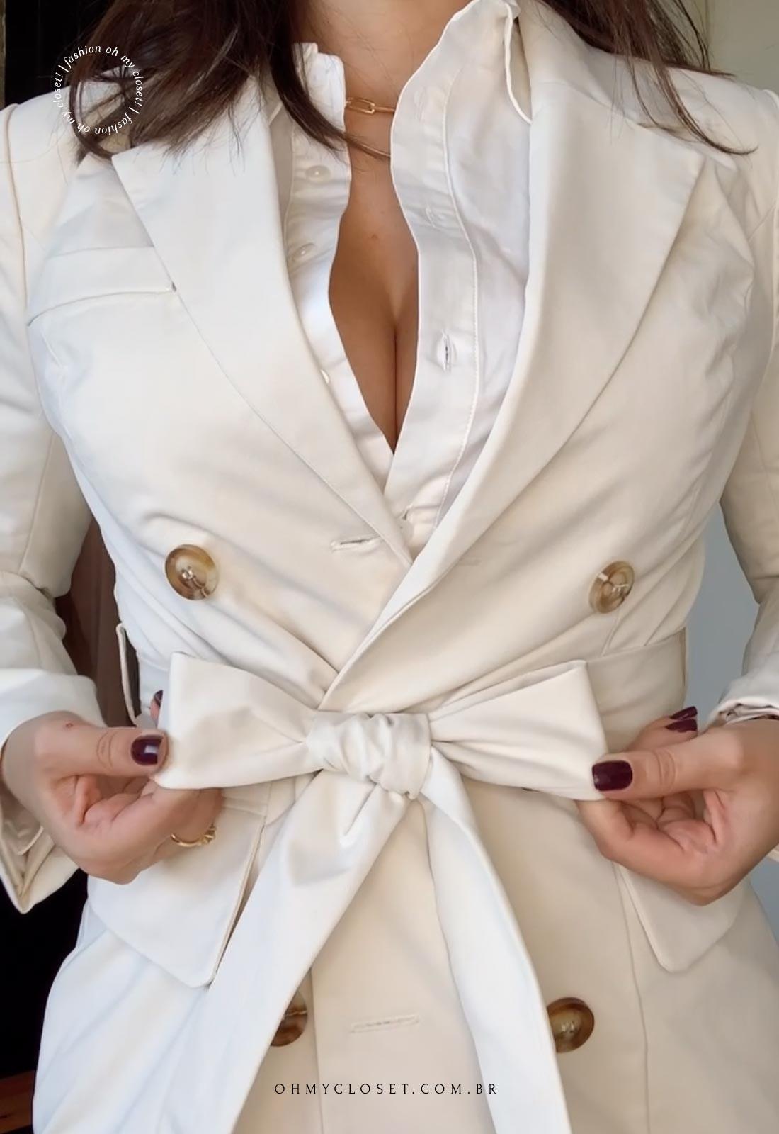 Acabamentos e detalhes do casaco bege da SHEIN MOTF.