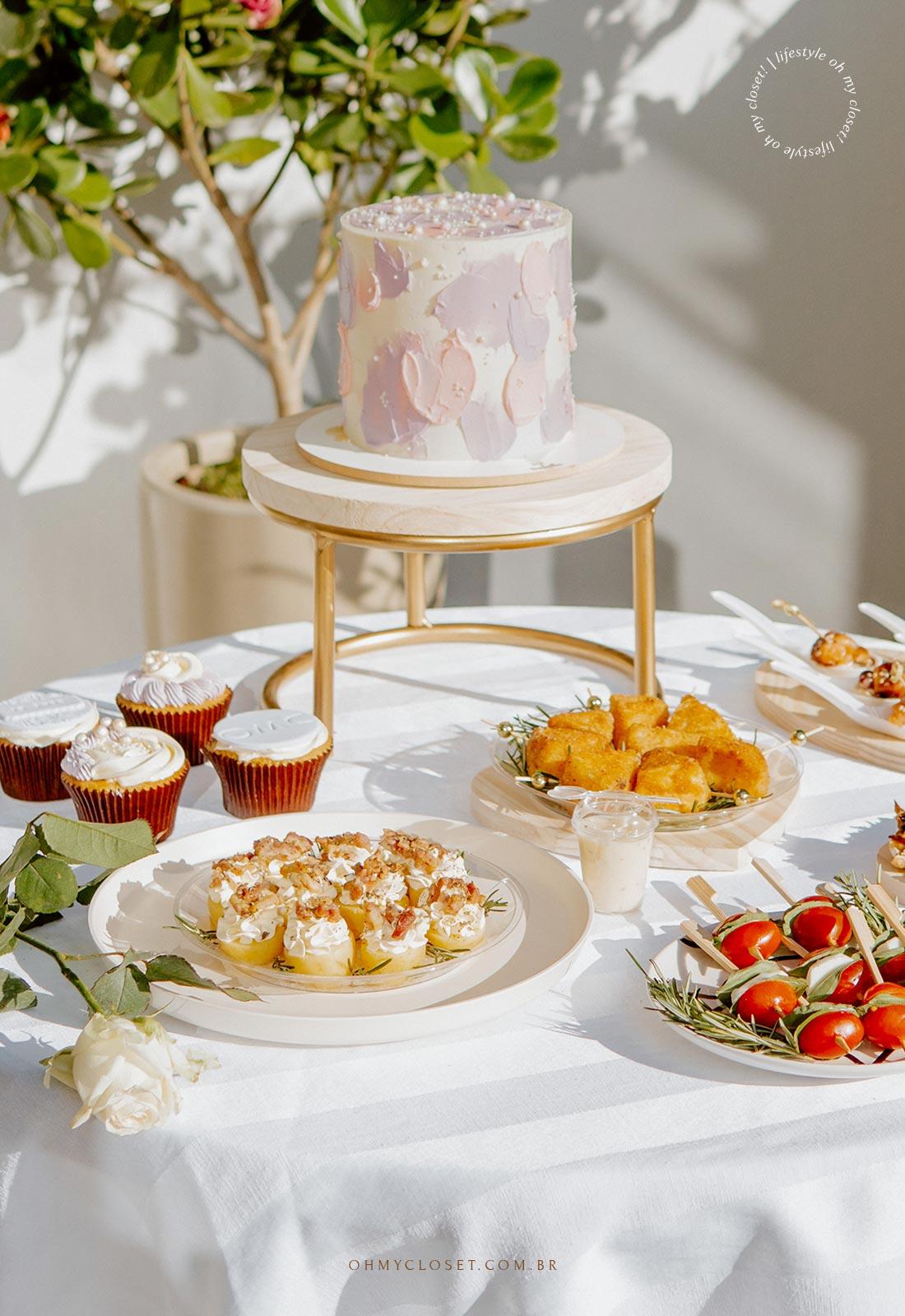 Mesa de comida e bolo para comemoração durante a pandemia.